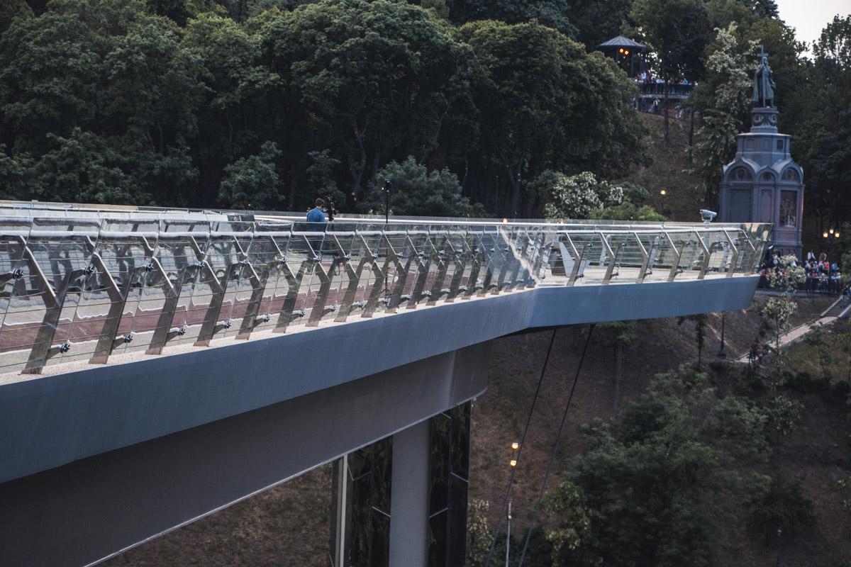 Еще немного и на мост хлынут толпы людей