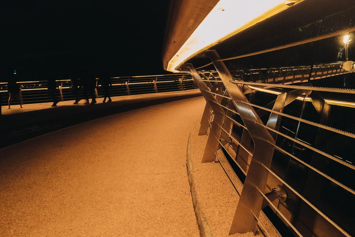 Но мосту светло, несмотря на смыкающуюся вокруг него тьму