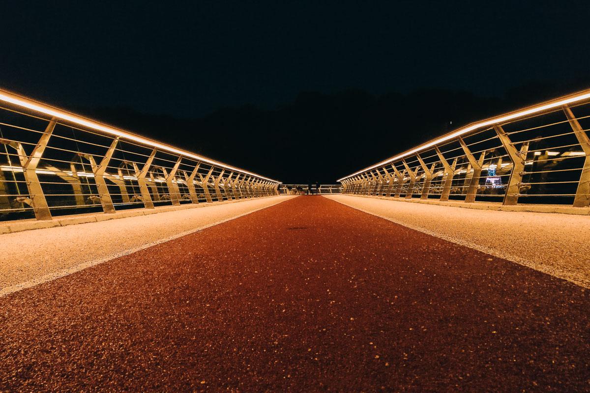 Яркий свет озаряет дорожки моста