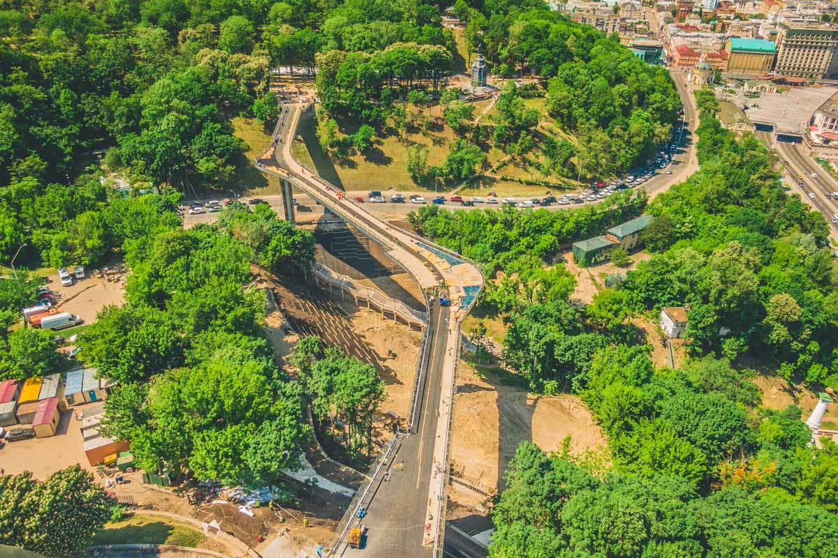 В Киеве продолжают строить новый мост