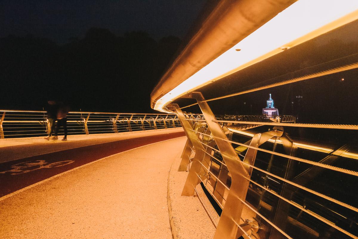 Лампы освещения встроены в перила моста