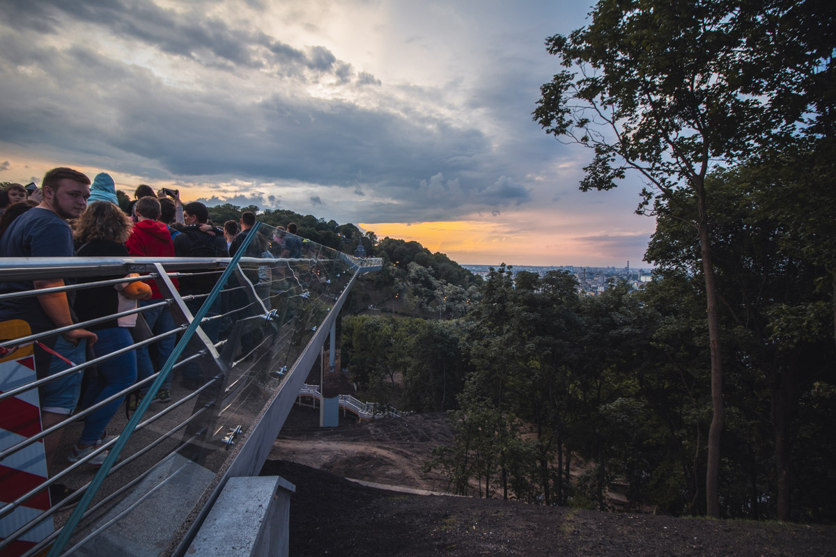 Мост на фоне заката в Киеве