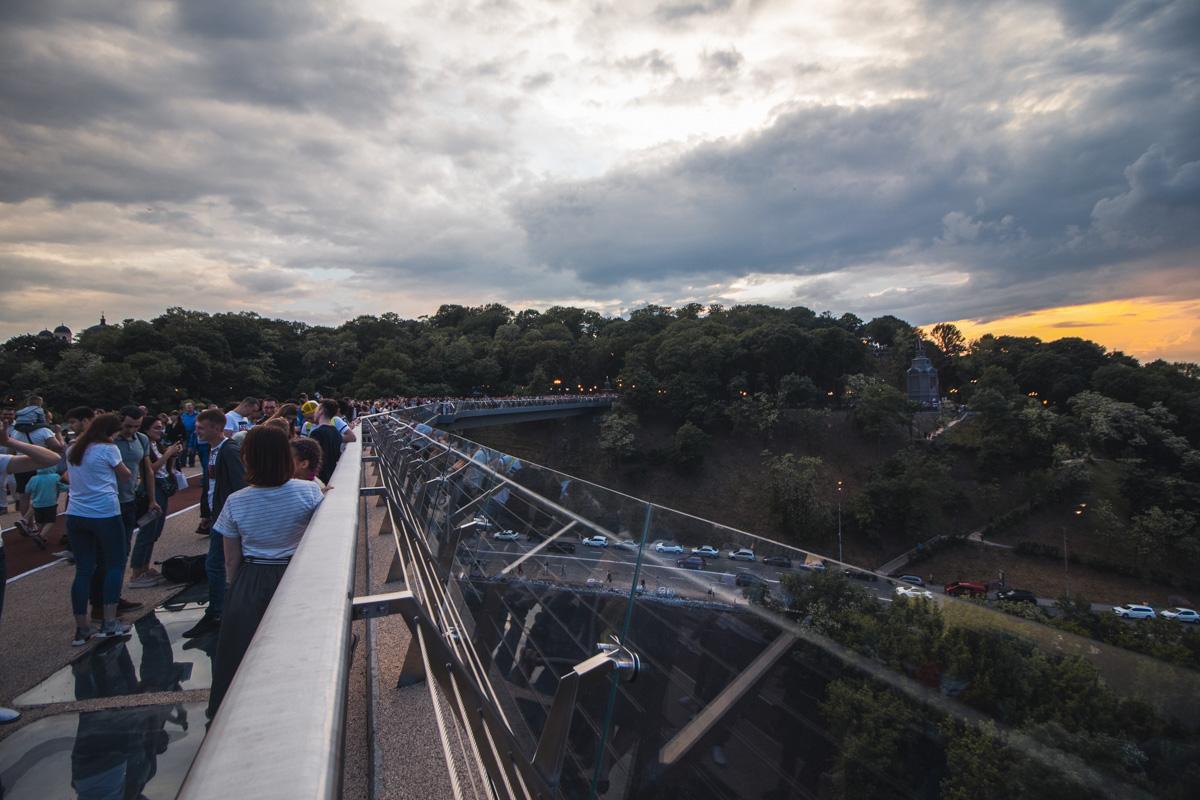 Пред днем Киева, 25 мая, Владимир и Виталий Кличко открыли пешеходно-велосипедный мост
