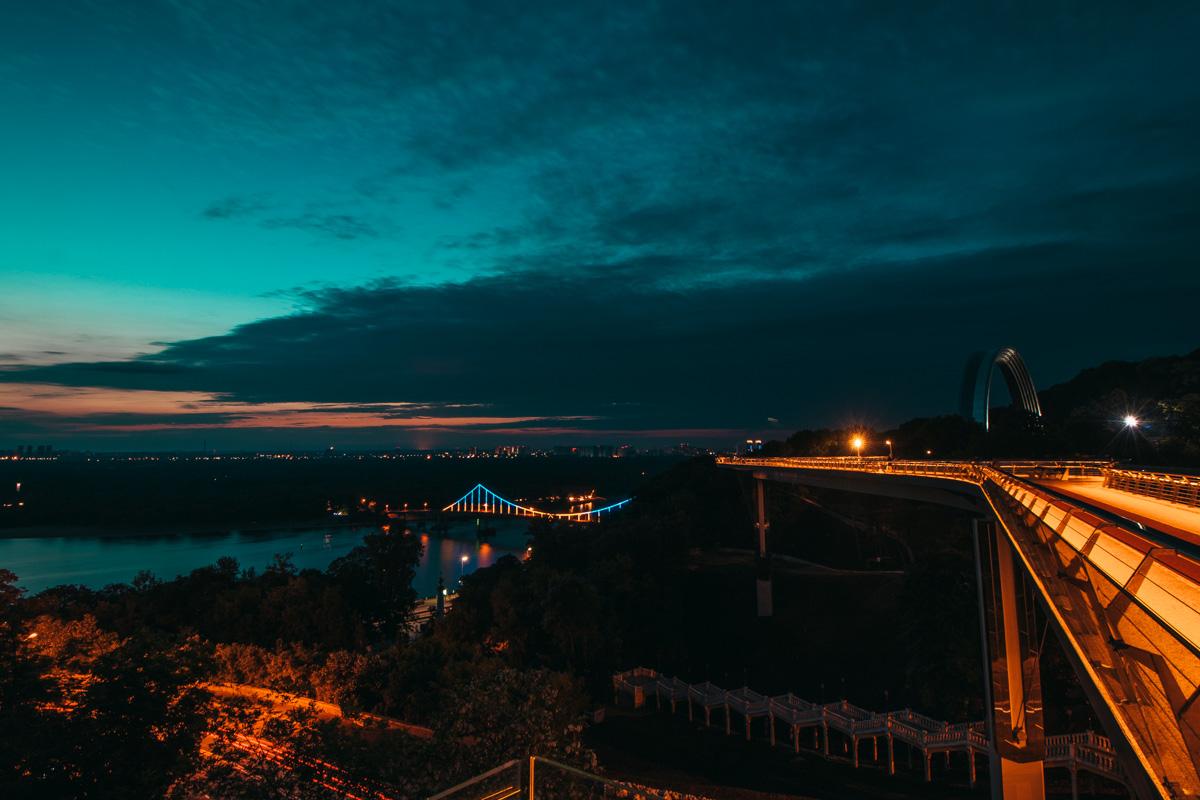 Где-то вдалеке на Киев надвигается день