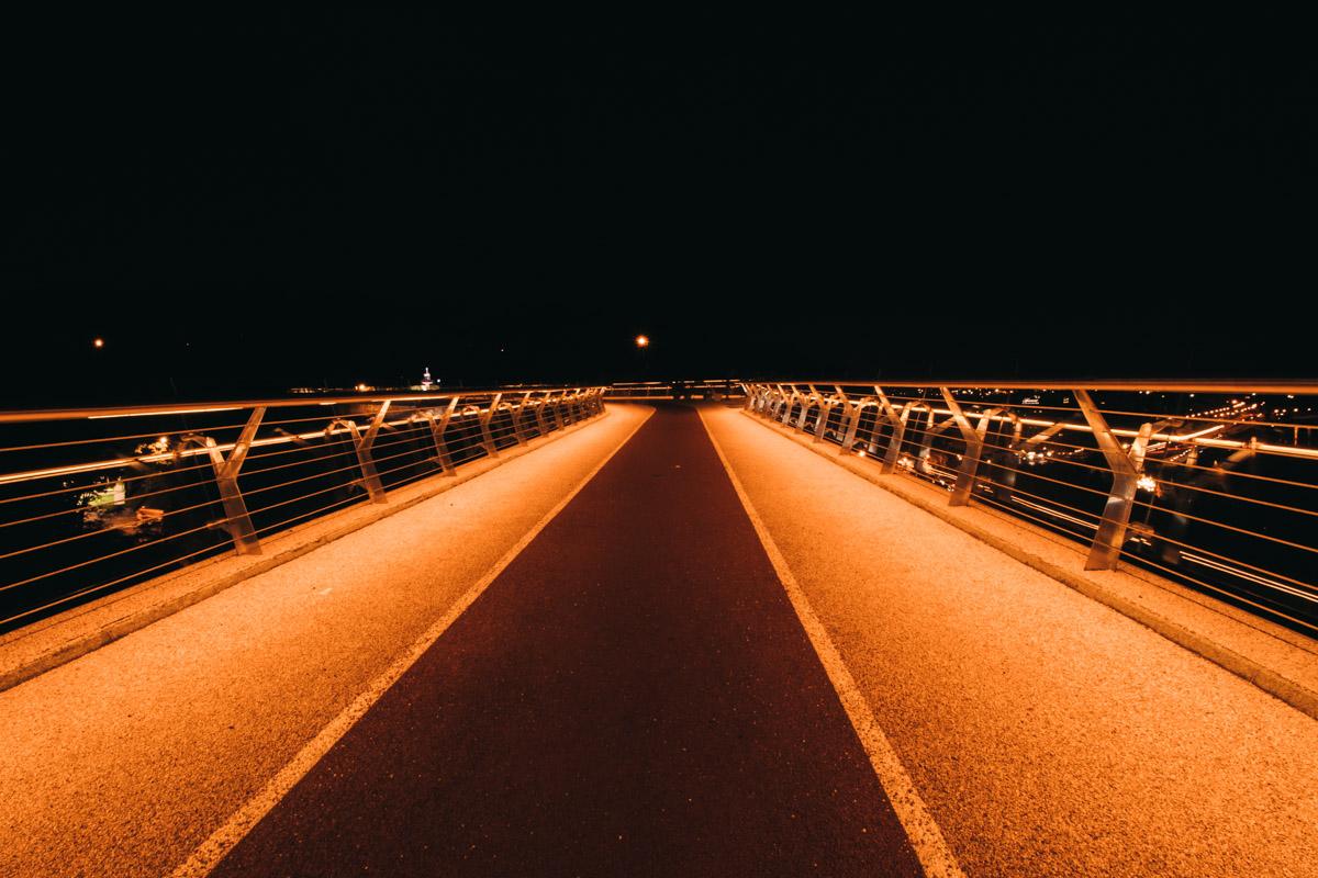 Даже поздней ночью на мосту можно было встретить прохожих