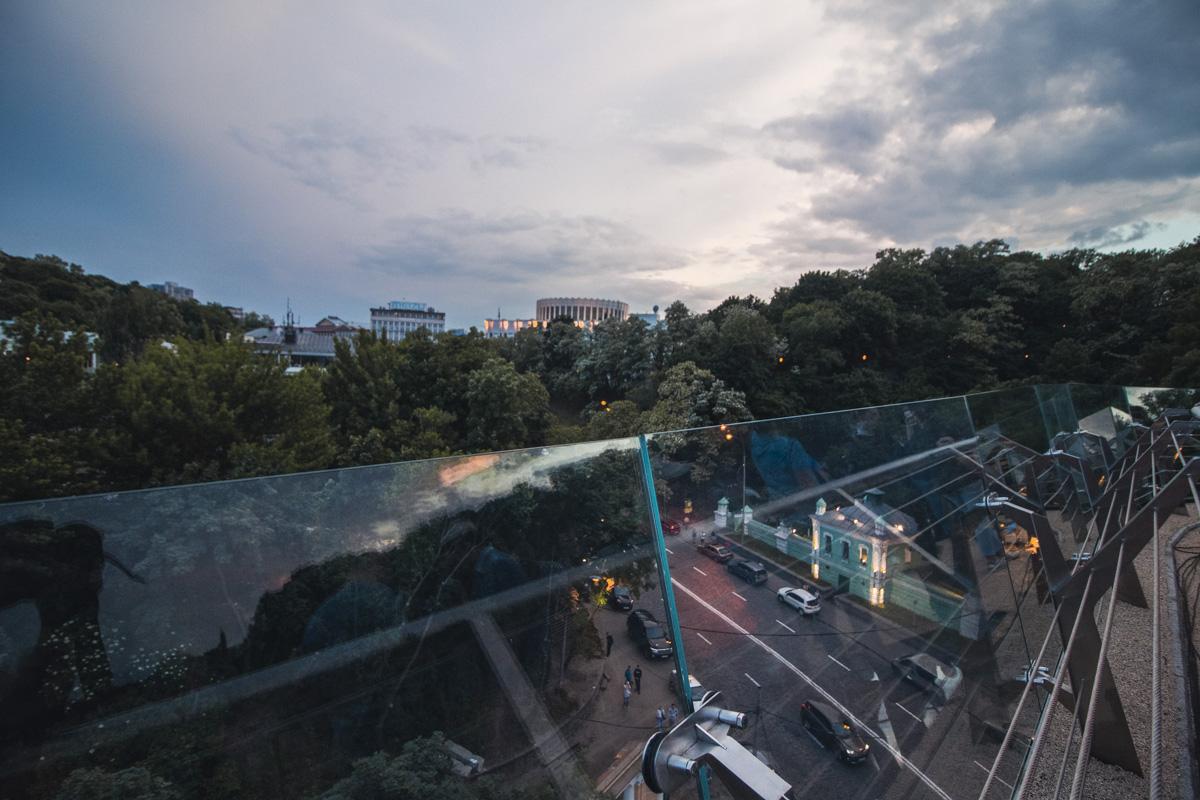 С моста открывается просто потрясающий вид на Киев
