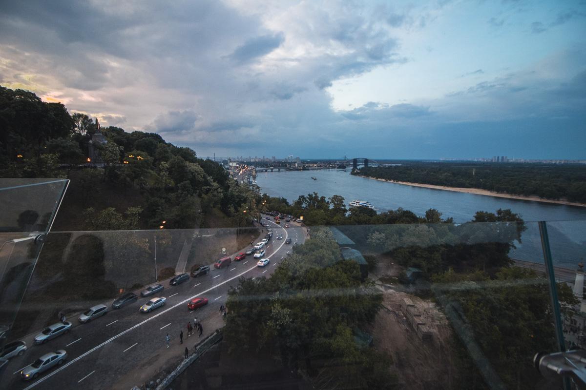 Величественный Днепр отлично видно с пешеходно-велосипедного моста