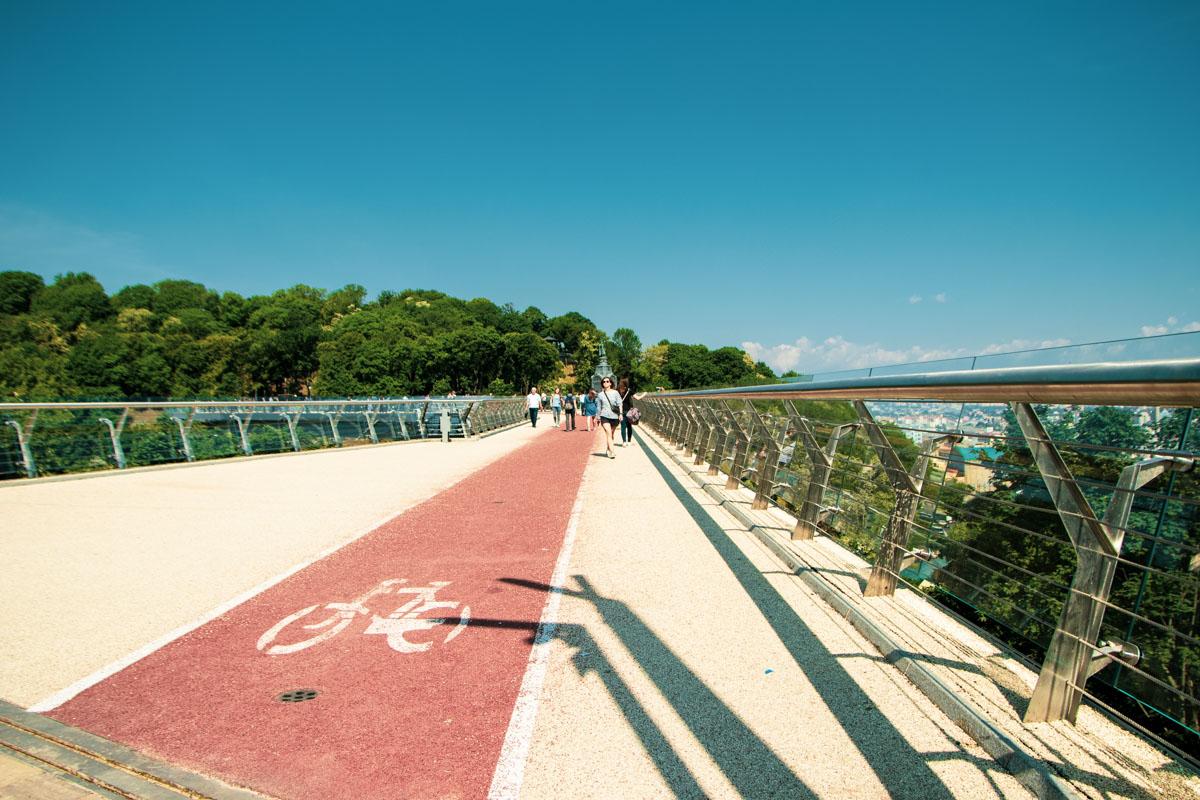Хочется напомнить пешеходам, что велосипедная часть моста - для велосипедистов!