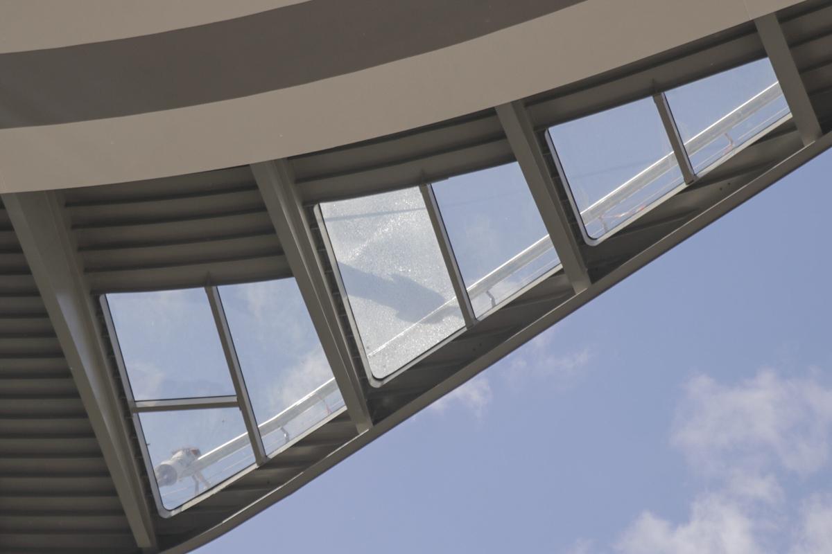 Потрескавшееся стекло заметно как стоя на мосту, так и снизу