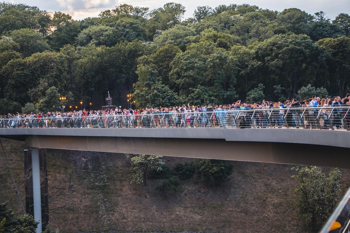 Заполненный людьми пешеходно-велосипедный мост