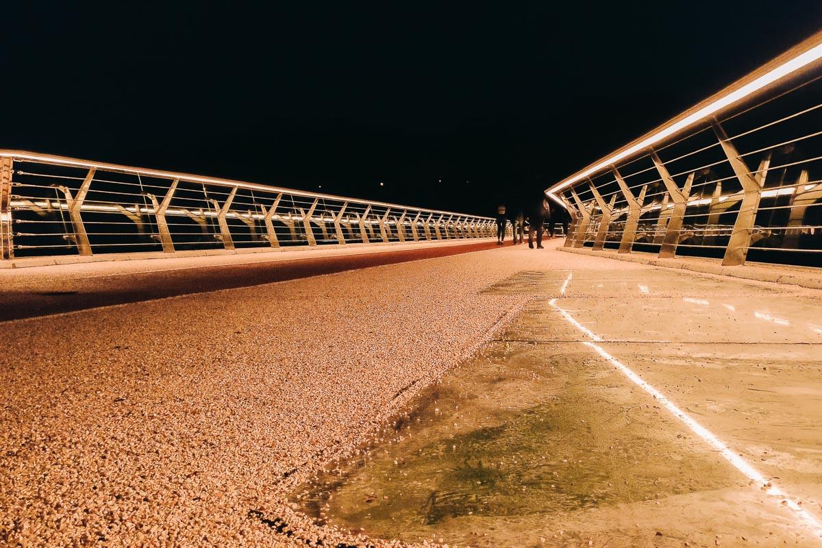 Яркая иллюминация нового моста заставляет тебя забыть о ночи