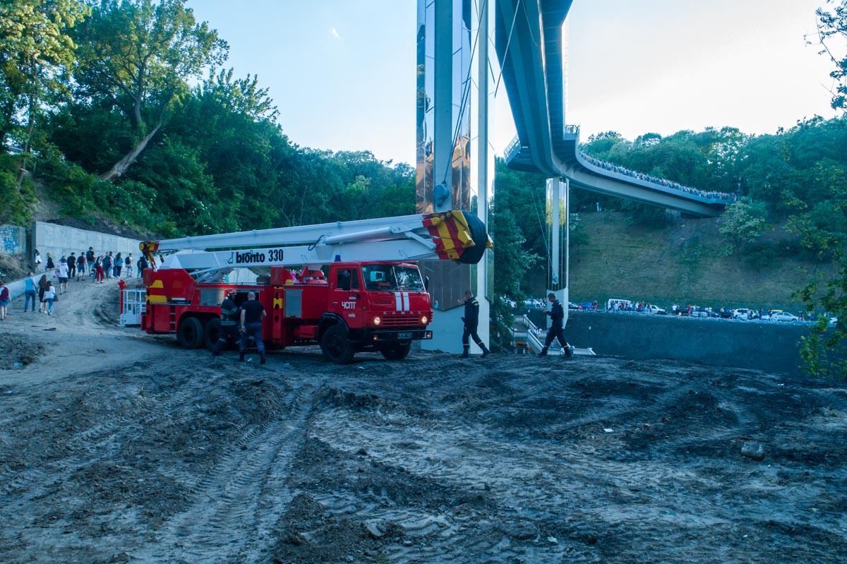 Снизу под мостом дежурили пожарно-спасательные службы, которые проверяли повреждение