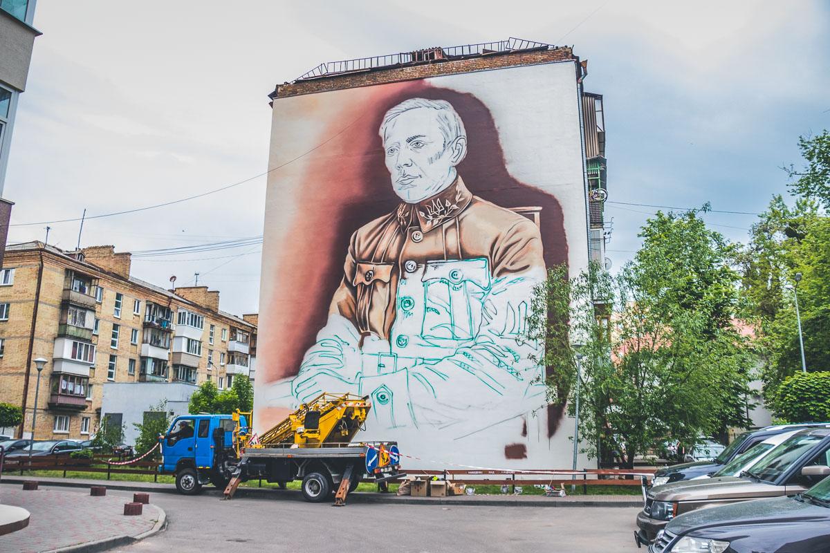 На здании по улице Зои Космодемьянской нарисовали огромный портрет Симона Петлюры