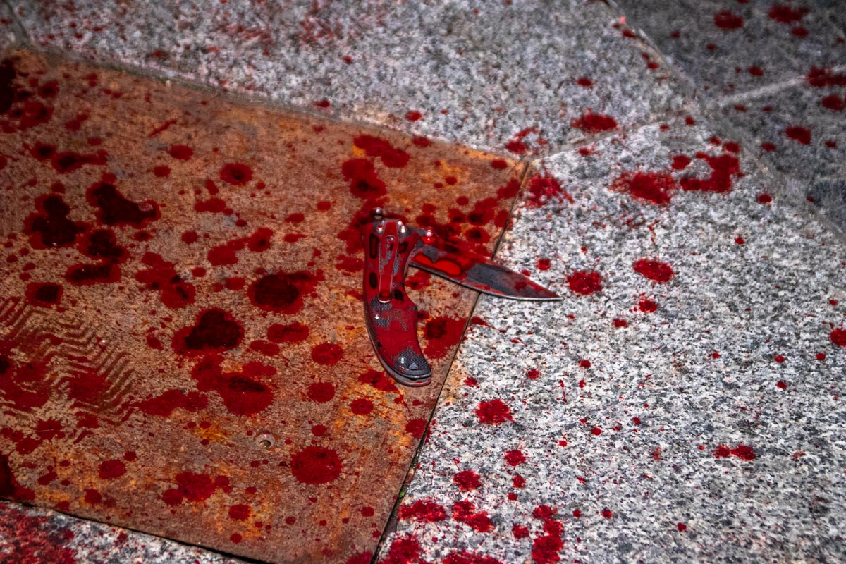 Пол возле места инцидента был залит кровью, там же лежал и нож