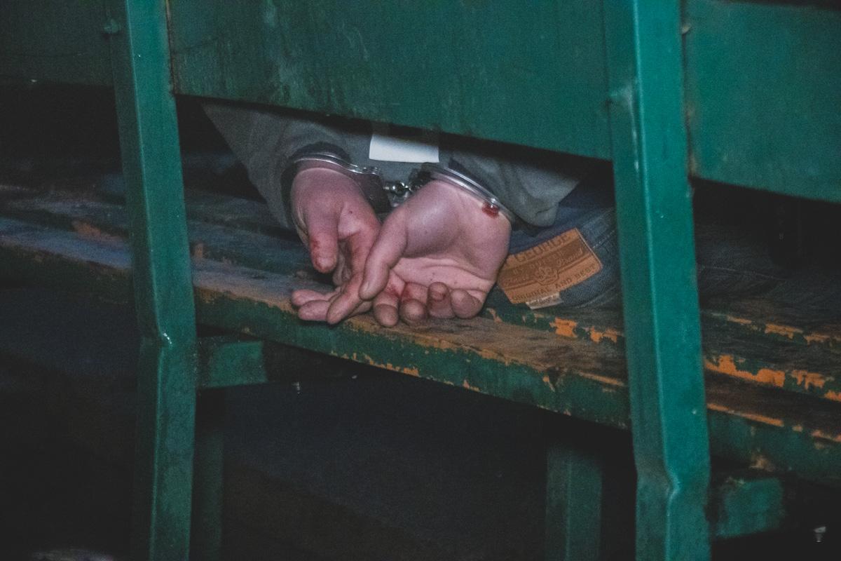 Нападавшего в наручниках доставили в управление полиции