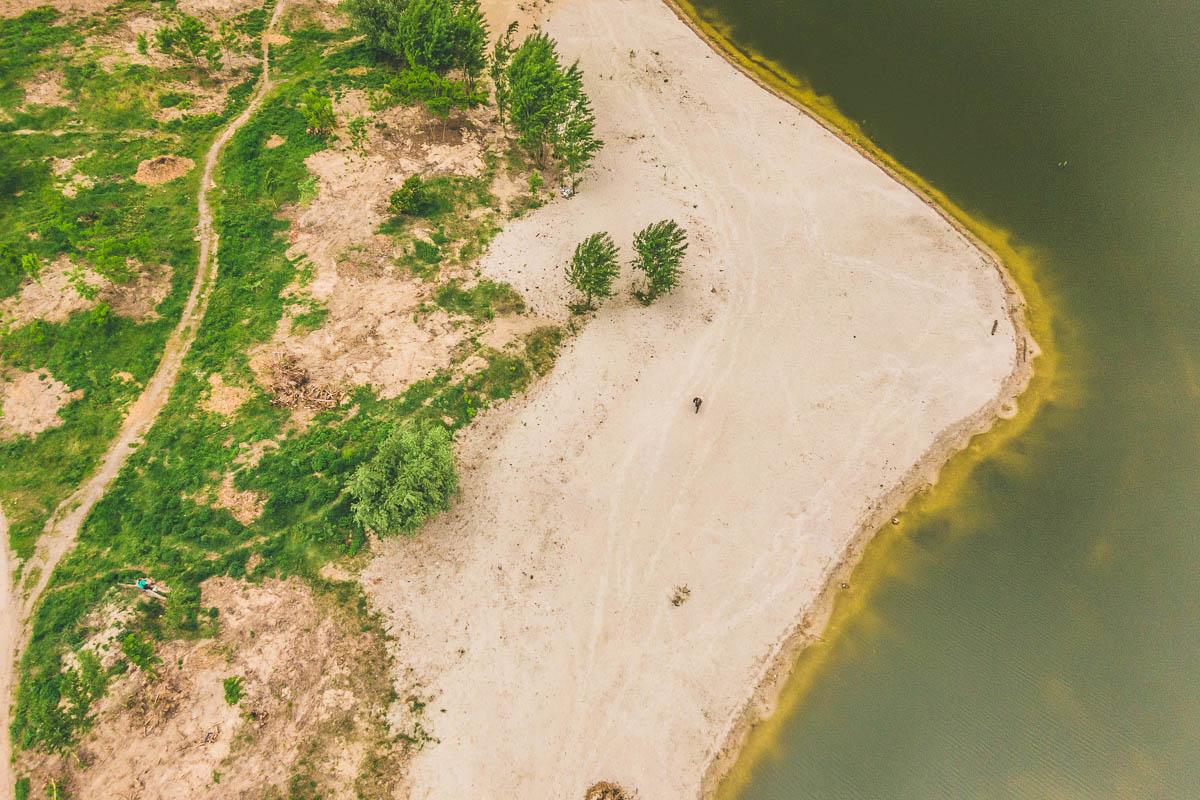 Однако начало уже положено - еще в прошлом году активисты устроили глобальную уборку побережья озер, убрав немало строительного мусора