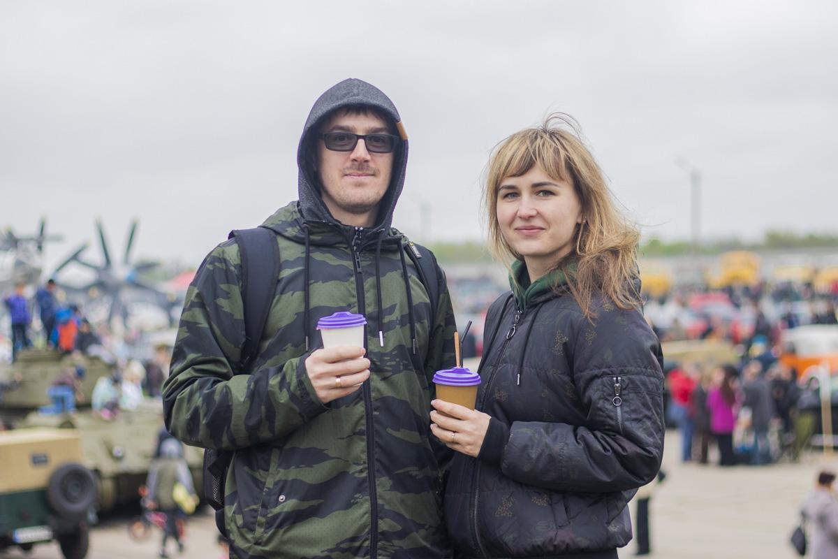 В пасмурную погоду все посетители грелись напитками