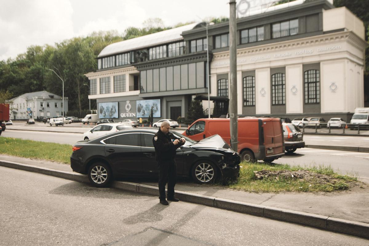 В Киеве под мостом Метро произошло ДТП с участием автомобиля Mazda 6