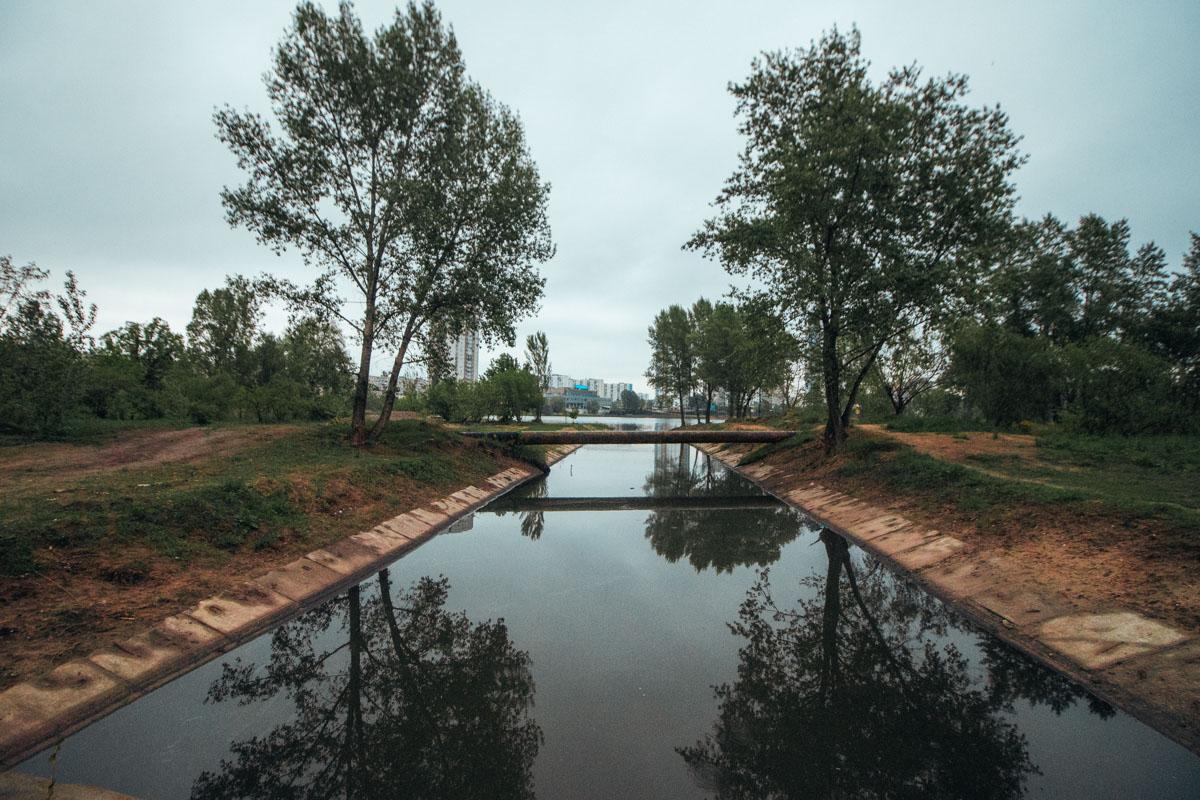 Озеро входит в систему озер и соединяется с еще шестью водоемами