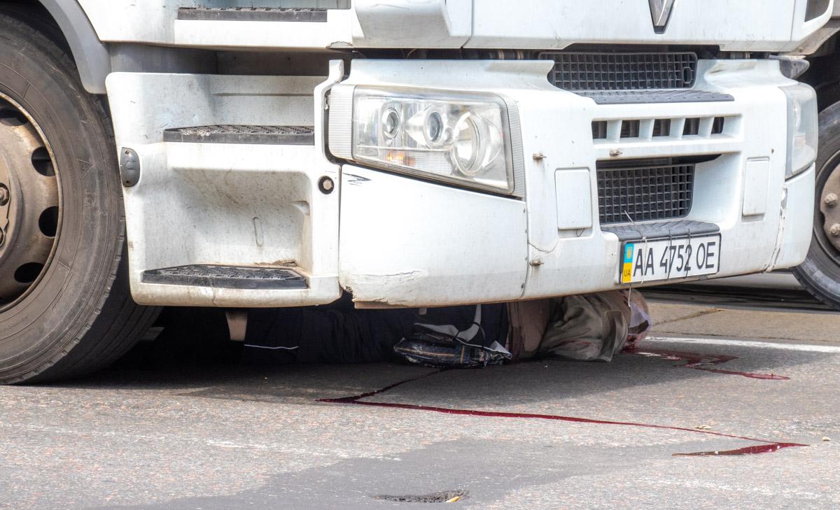 """Возле железнодорожного вокзала """"Дарница"""" произошла смертельная авария с участием седельного тягача Renault и пешехода"""