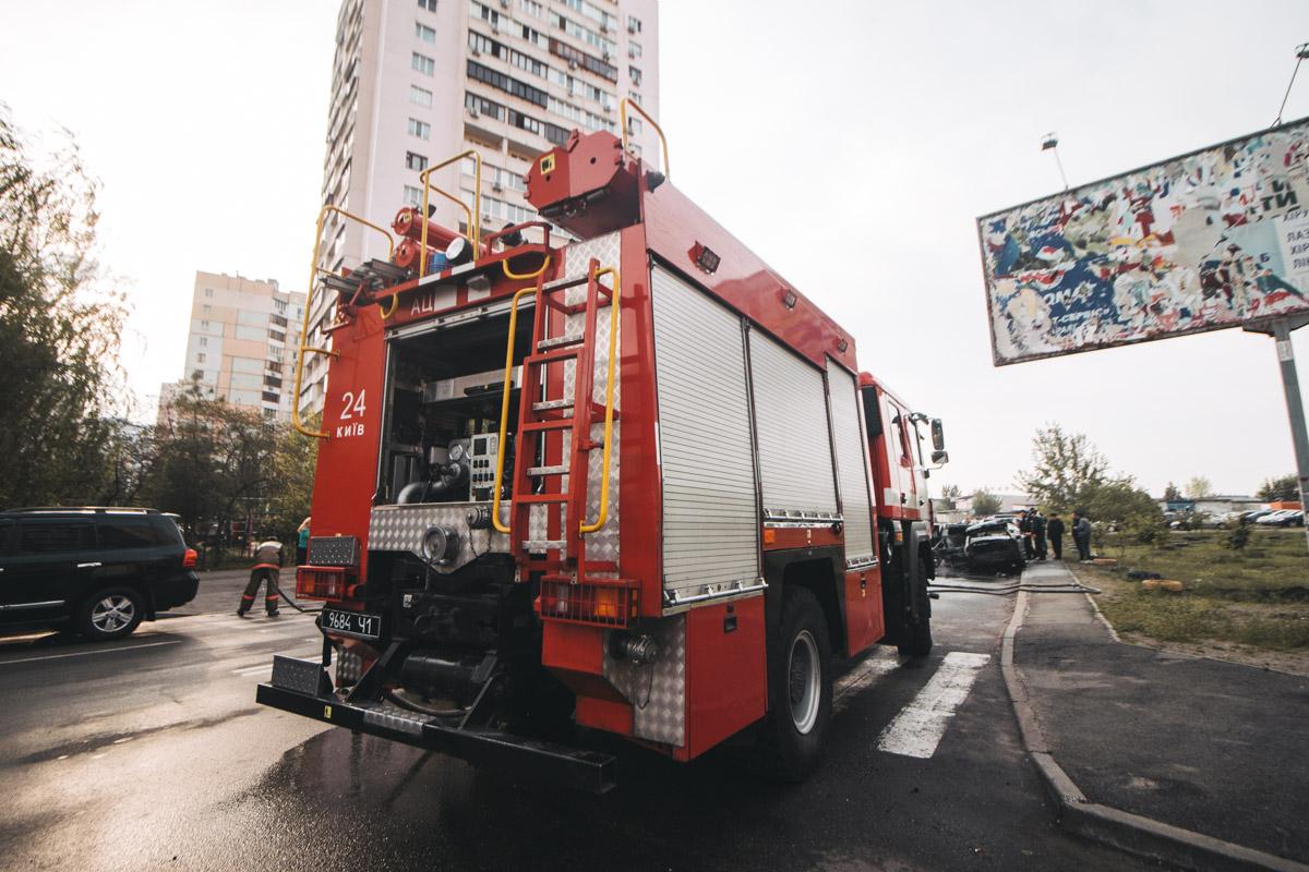 На месте происшествия работали три кареты скорой помощи, две пожарные машины, а также экипаж полиции