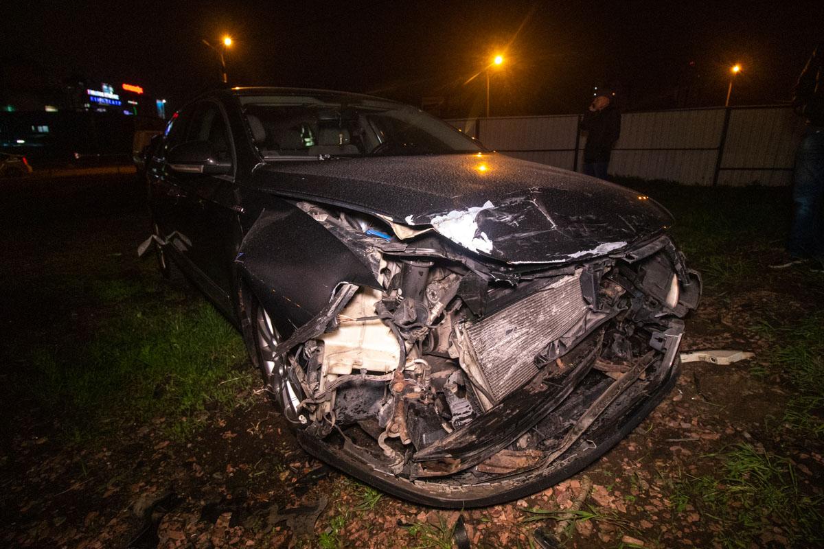 Автомобиль влетел на территорию парковки и начал бить автомобили