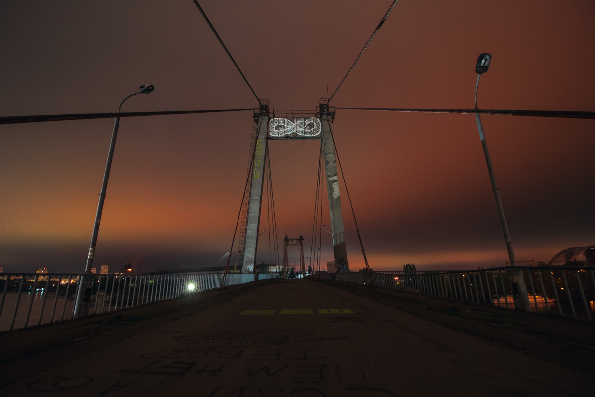 Рыбальский мост очень любит нынешняя молодежь, ведь тут красивые закаты и прекрасные рассветы