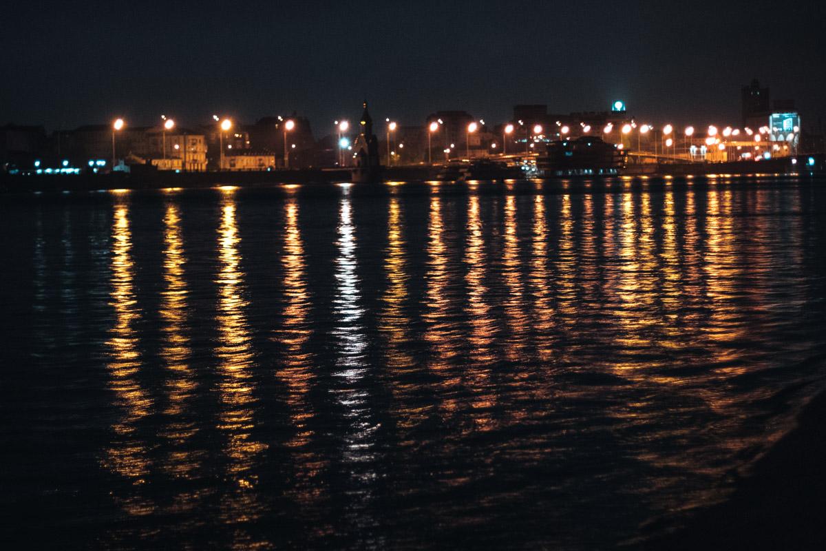 Тут тишина, а на том берегу шум машин и спешка, даже ночью