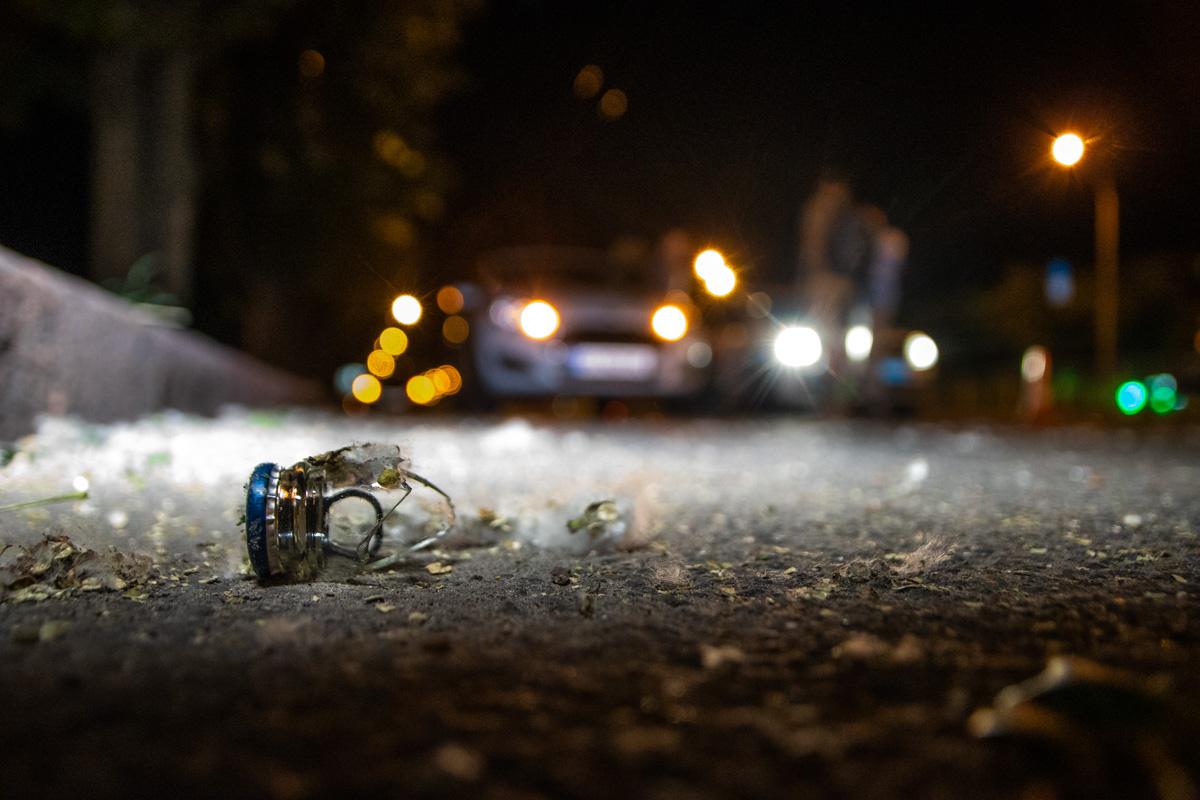 Предварительно, водитель Mercedes бросил стеклянную бутылку в мопед