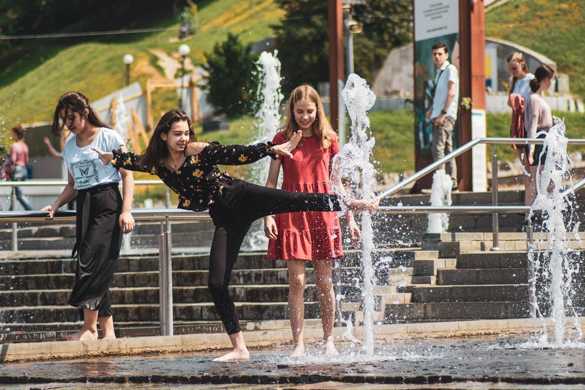 Дети буквально купаются в фонтанах