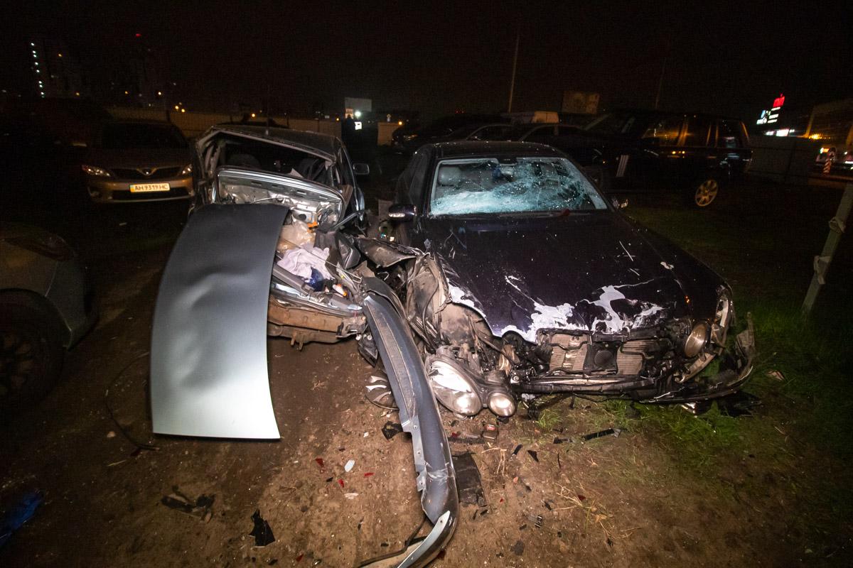 В ночь на 1 мая на проспекте Григоренко водительMercedes протаранил забор автостоянки и разгромил 7 машин
