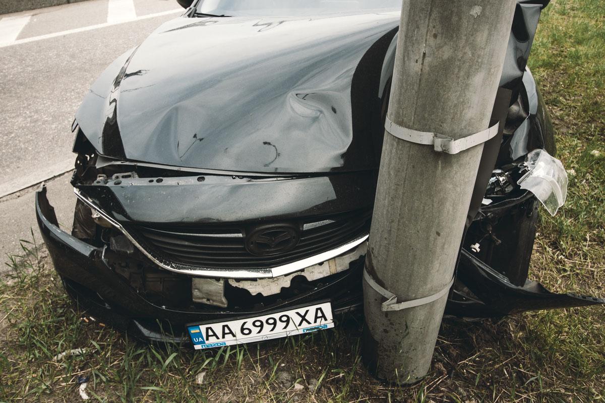 Капот и моторный отсек Mazda серьезно вмялись, передний бампер отвалился