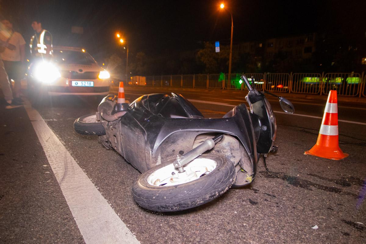 Из-за конфликта на бульваре Перова упал мопедист