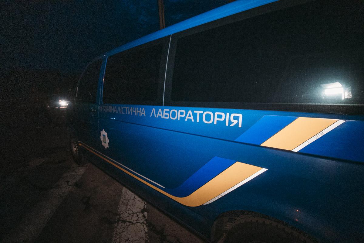 На месте помимо полицейских работали сотрудники прокуратуры и эксперты мобильной криминалистической лаборатории