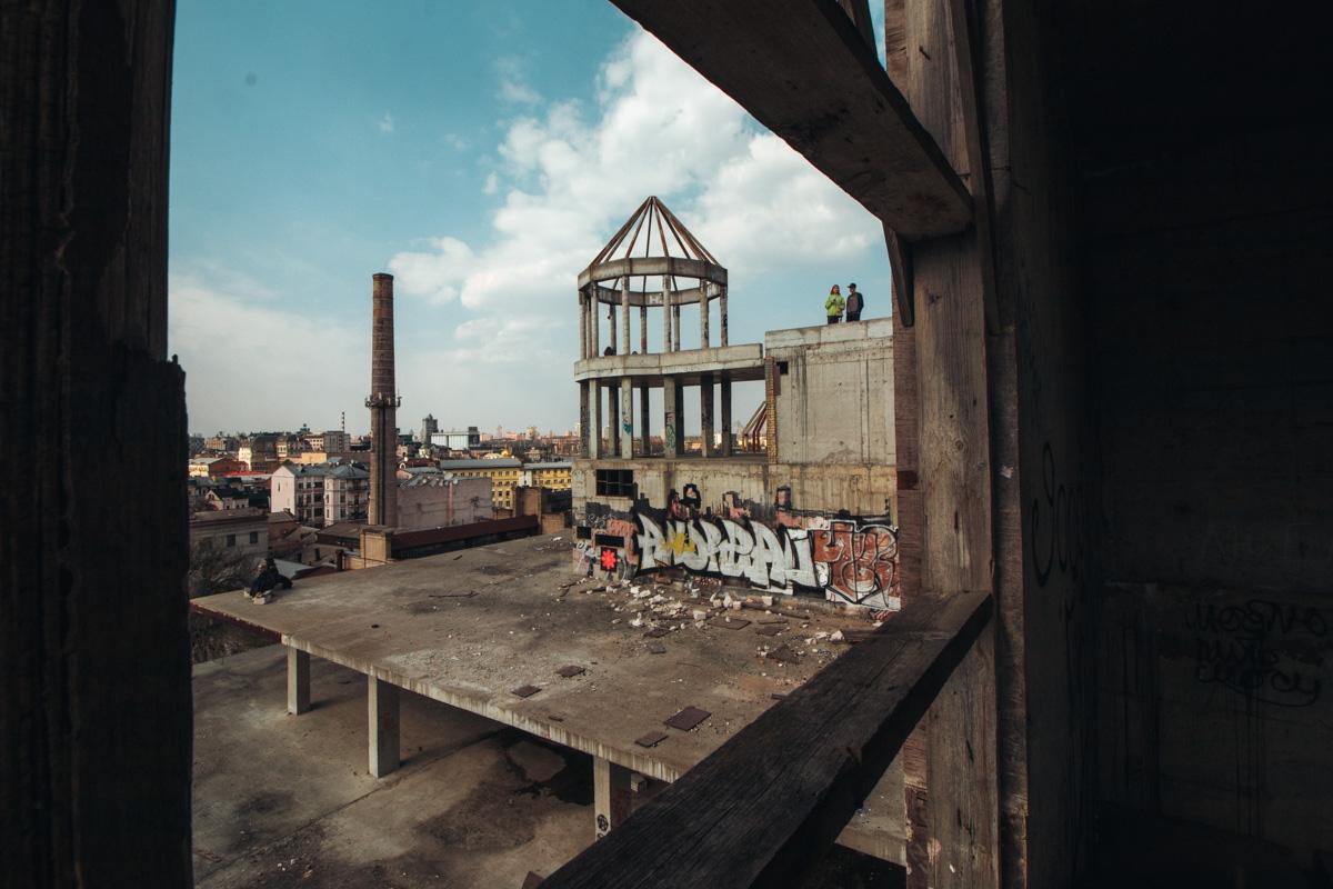 """""""Скелет"""" заброшенного здания на Подоле"""