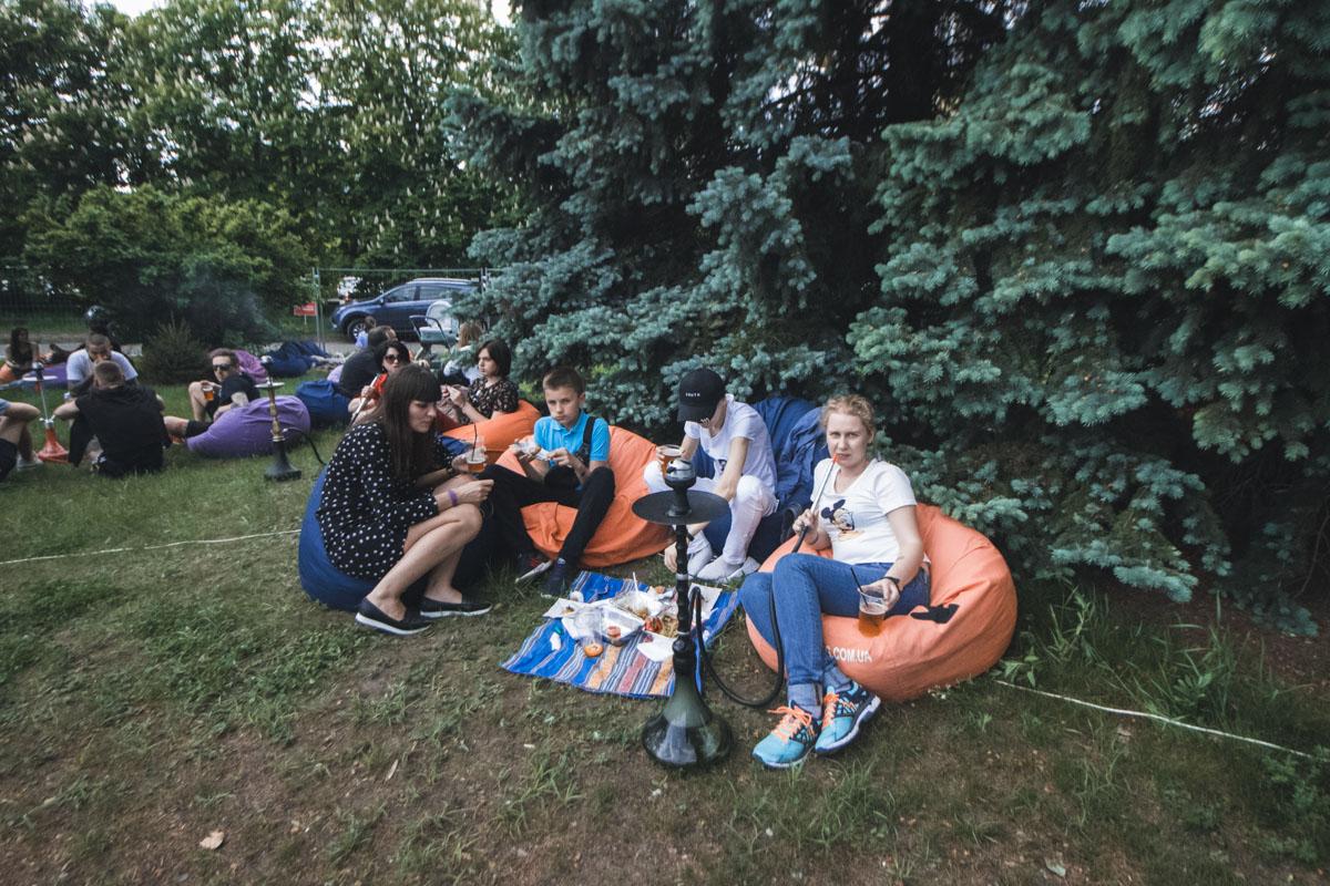 Мягкие пуфы, кальян и свежий воздух - отличный вариант отдыха на фестивале