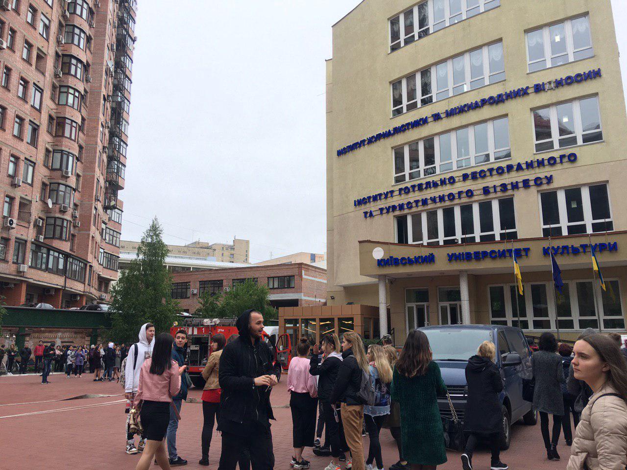 150 студентов эвакуировали из помещения из-за сильного задымления