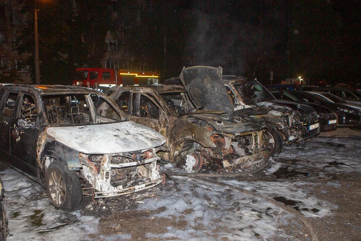 Дотла сгорели три автомобиля: Suzuki, Mercedes и Mitsubishi. Еще семь машины получили повреждения от огня