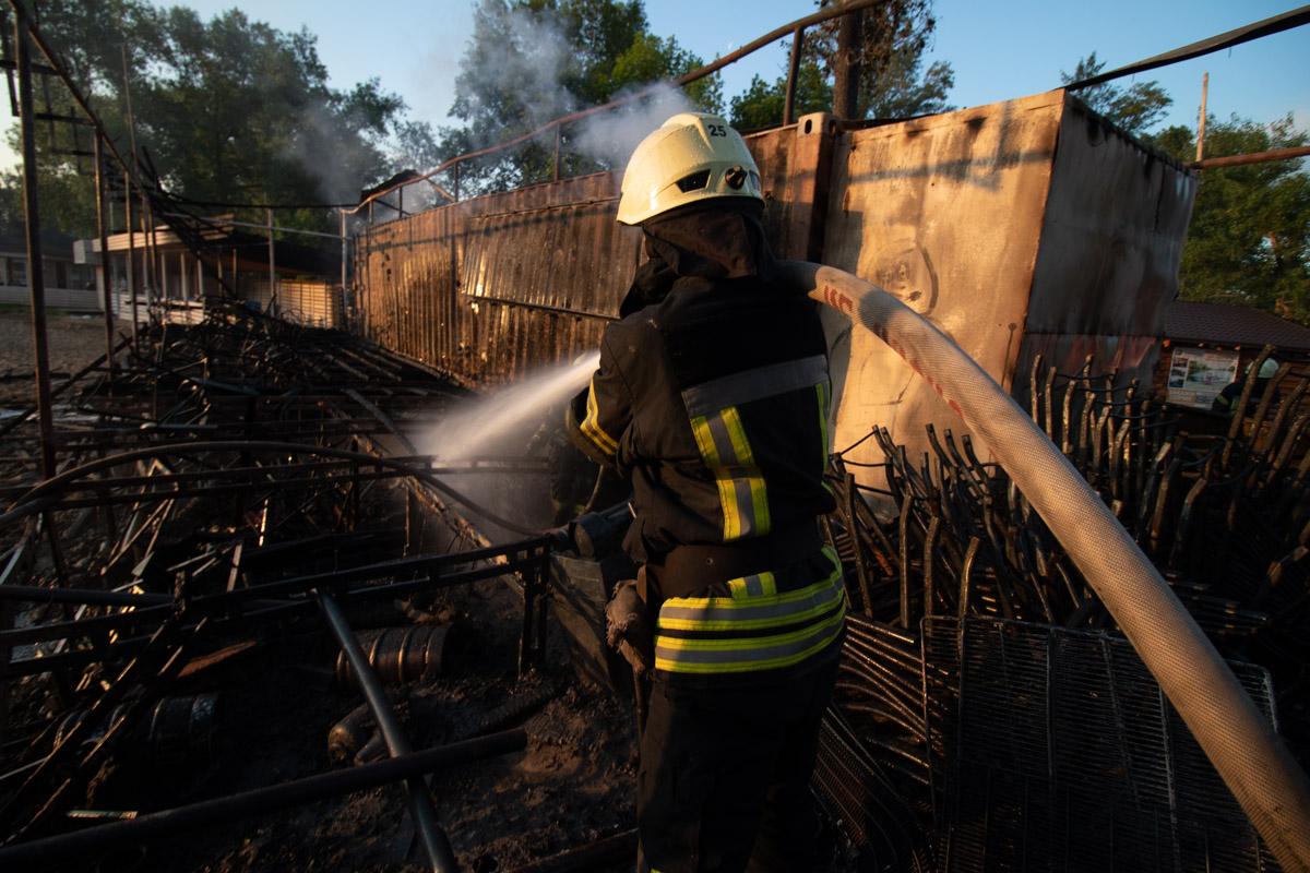 По словам очевидцев, огонь распространился по всем строениям очень быстро