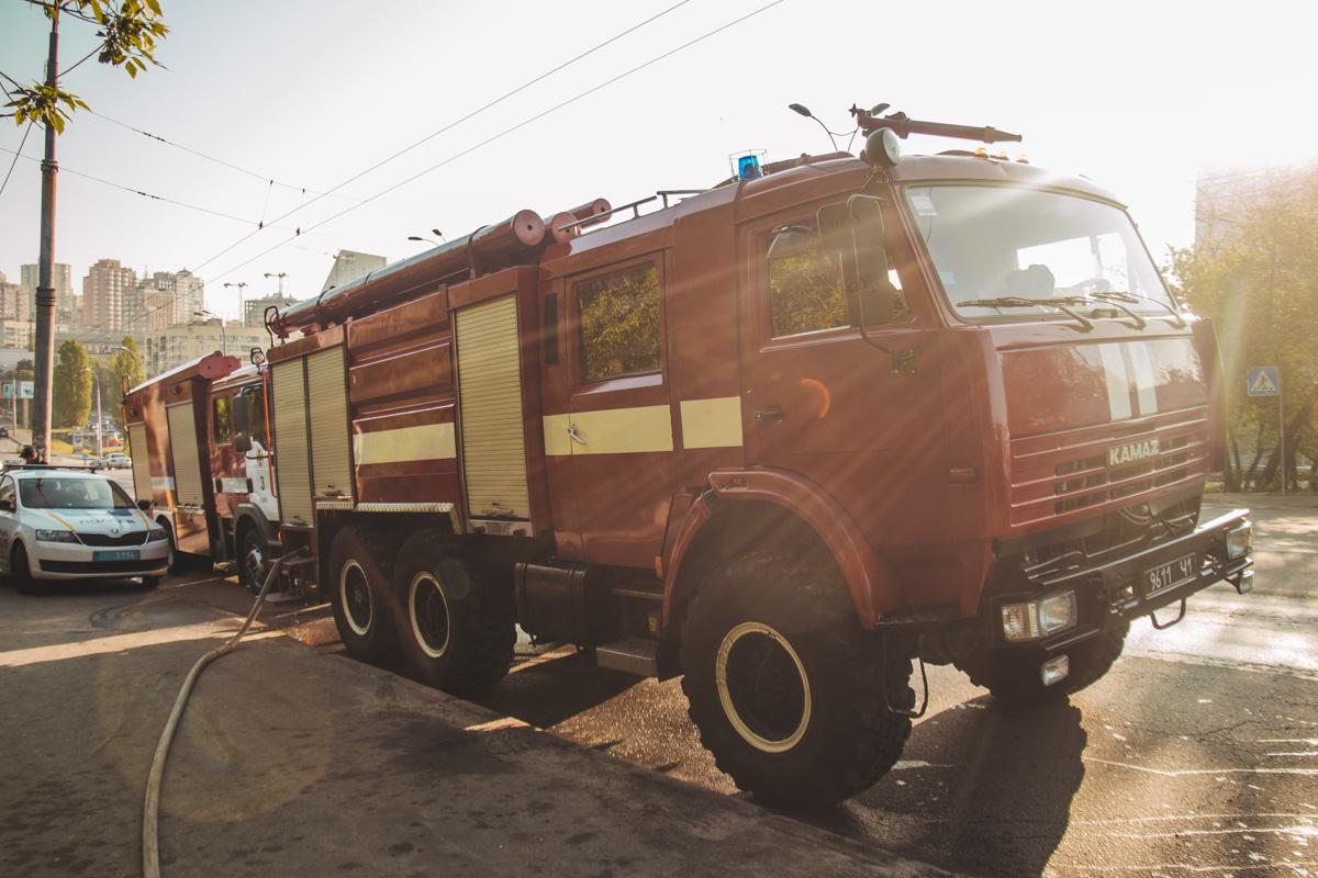 Прибывшие на место спасатели установили, что возгорание произошло в коллекторе рядом с железнодорожными рельсами