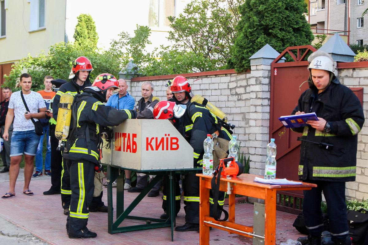 На месте спасатели развернули оперативный штаб