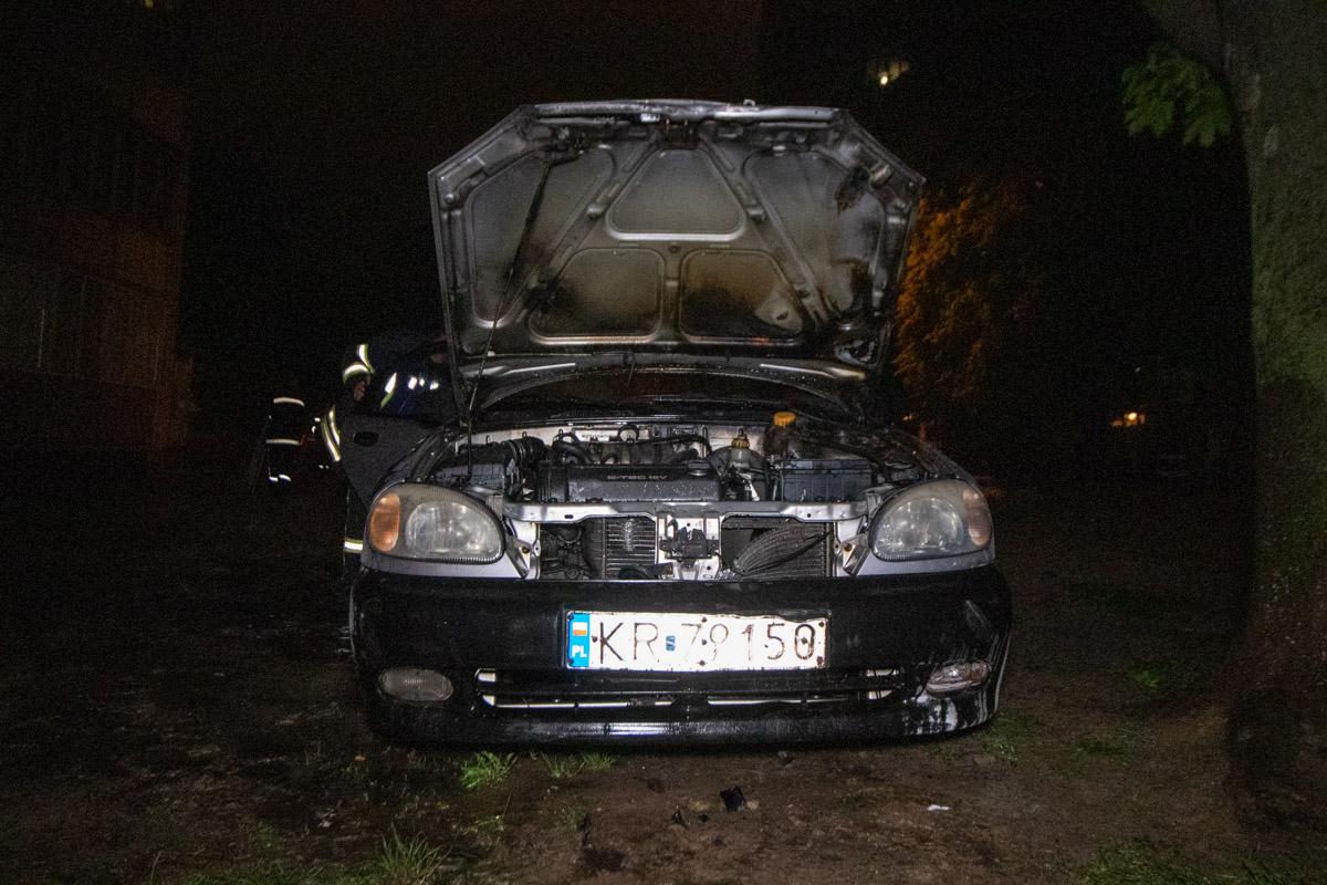 В воскресенье, 5 мая, в Киеве на Чоколовском бульваре, 12 загорелся автомобиль Daewoo Lanos