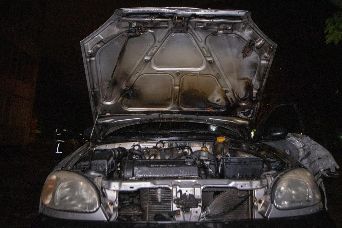Очаг возгорания находился в моторном отсеке, оттуда перешел на передние колеса и незначительно повредил салон