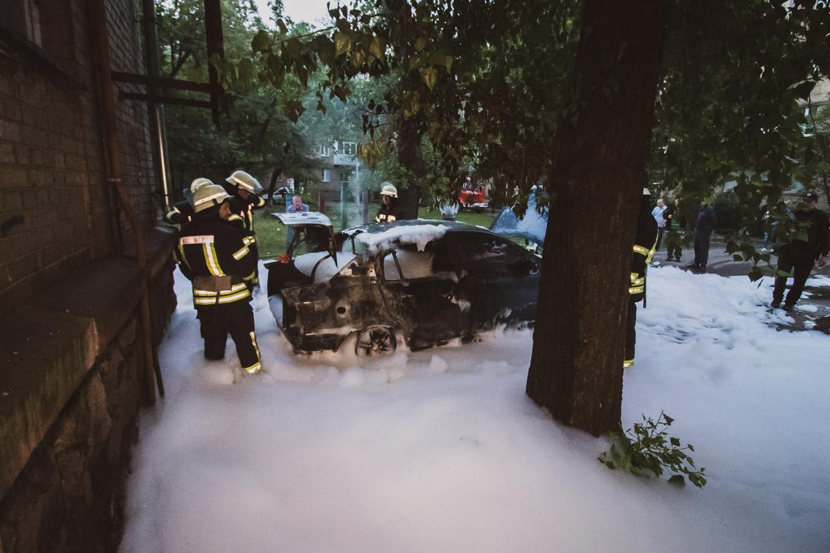 Огонь серьезно повредил всю заднюю часть и салон машины