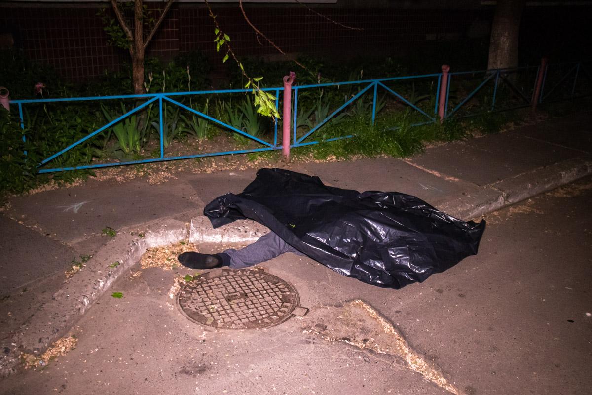 Тело лежало во дворе дома