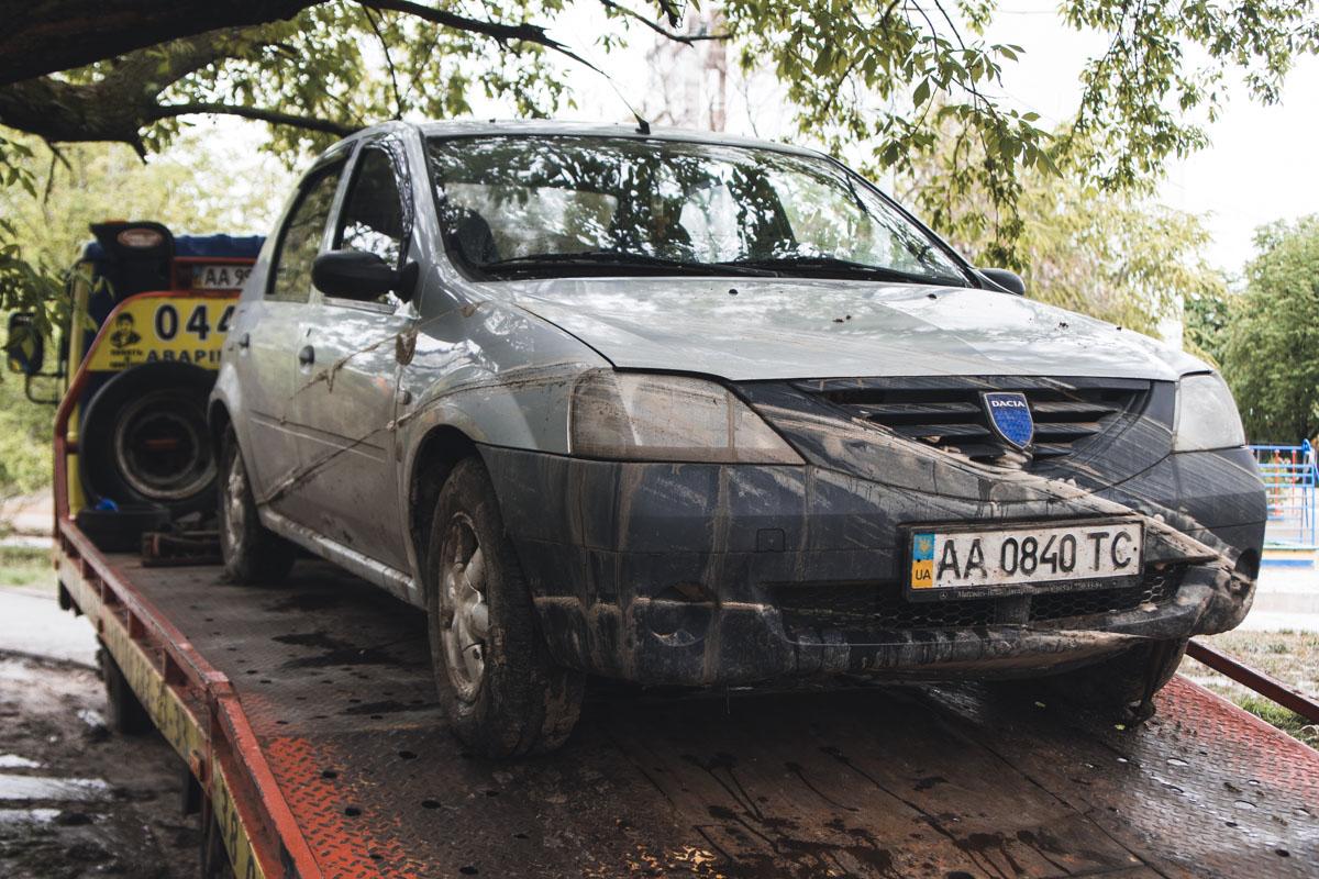 Автомобиль, который стоял на парковке во дворе, провалился в асфальт