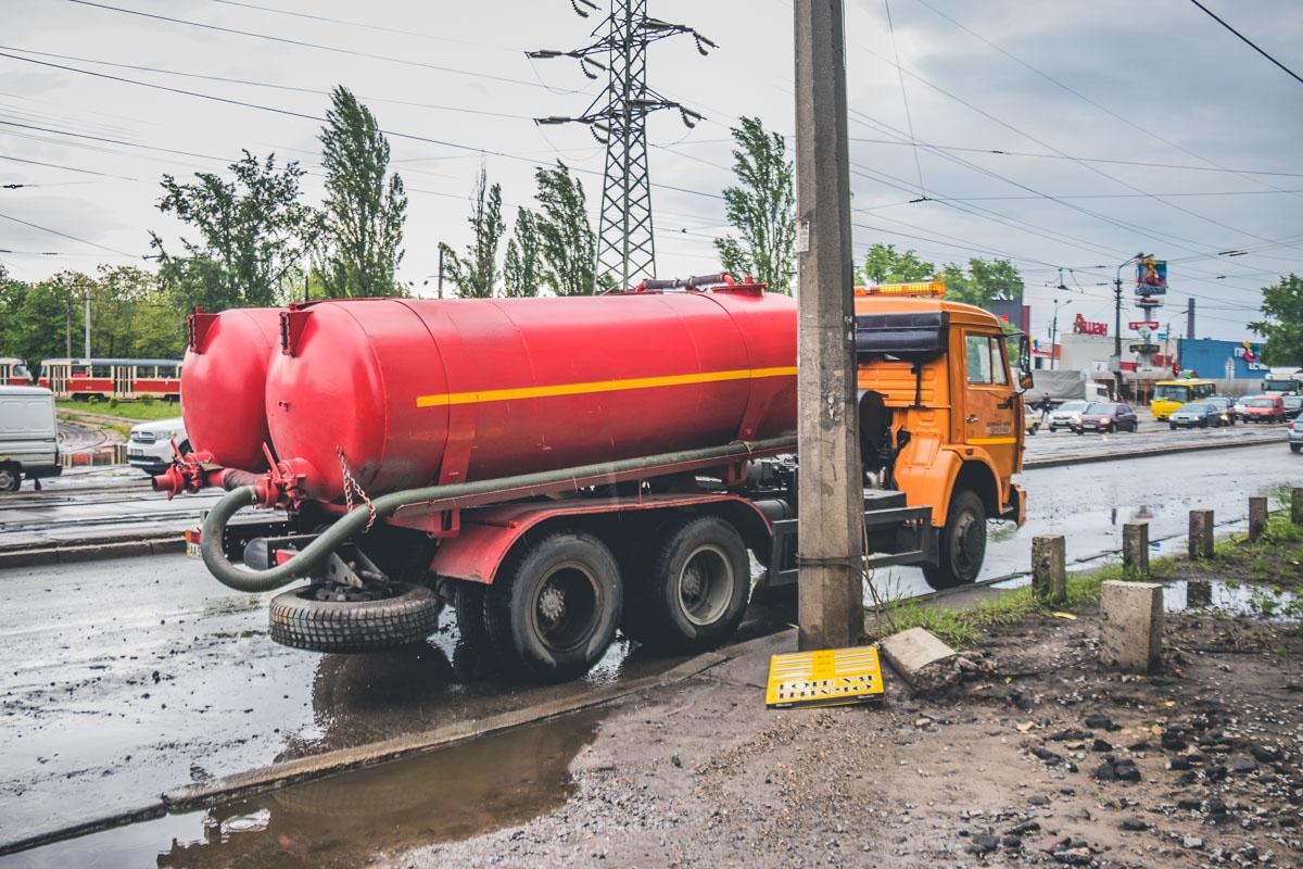 Коммунальщики достаточно быстро откачали воду с проезжей части и провели оценку повреждений
