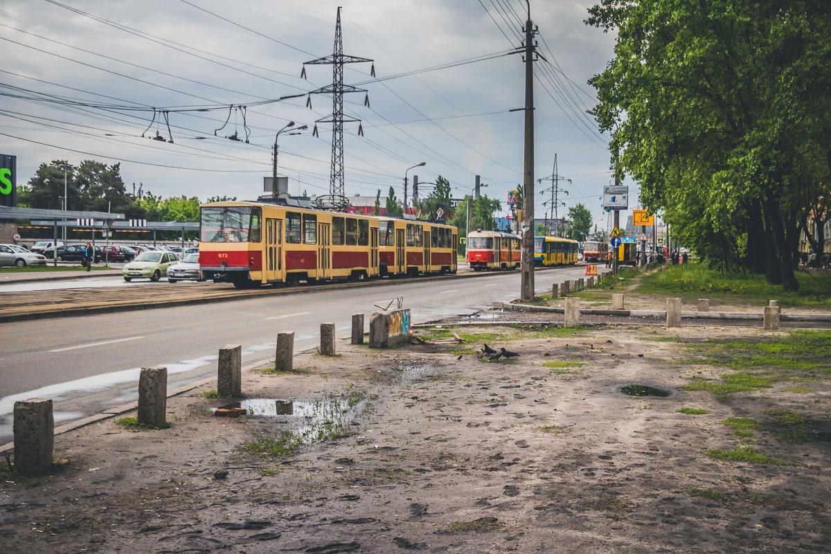 Улицу Гната Хоткевича и трамвайные пути частично затопило водой