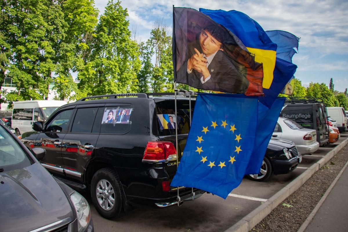 Такие автомобили стояли на парковке аэропорта задолго до прилета Саакашвили