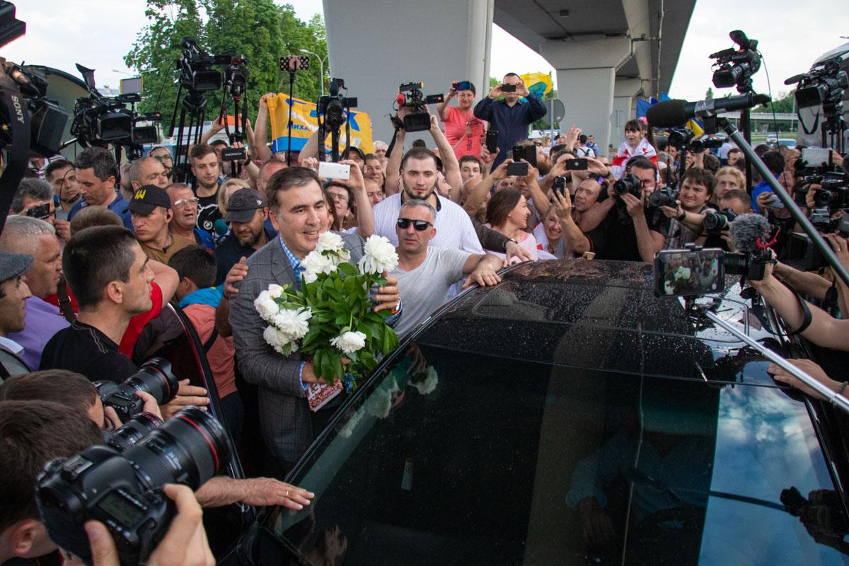 Политику подарили букет цветов и долго аплодировали